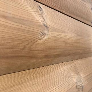 На первый взгляд блок-хаус напоминает привычную всем вагонку, но между этими двумя облицовочными материалами имеются существенные различия. Хаус-панели с наружной стороны имеют полуцилиндрическую форму и после завершения обшивки фасад приобретает вид сложенной из бревен конструкции. По этой причине они используются в качестве декоративной имитации деревянных стен. Панели имеют плоскую внутреннюю поверхность с вентиляционными выемками. Монтаж блок-хаусов производится при помощи замкового соединения по типу «шип-паз», а окончательная фиксация к каркасу решетки производится при помощи саморезов и кляймеров. Традиционно блок-хаус применяется для отделки наружной части строения, но в некоторых случаях допускается ее использование и для внутренних работ. Для фасадов рекомендуется приобретать широкие, а для внутреннего пространства узкие панели. Хаус-панелями облицовываются: • бетонные поверхности; • каркасные стены; • стены из блоков, бруса или кирпича. Материал можно применять и при реставрации ветхих зданий. Легкая обшивка не оказывает большой нагрузки и не угрожает целостности старого фундамента. Особенно блок-хаус востребован для обшивки быстровозводимых сооружений: беседок, террас, хозяйственно-бытовых построек.
